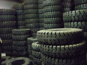 Lốp xe nâng đặc bằng vật liệu sạch